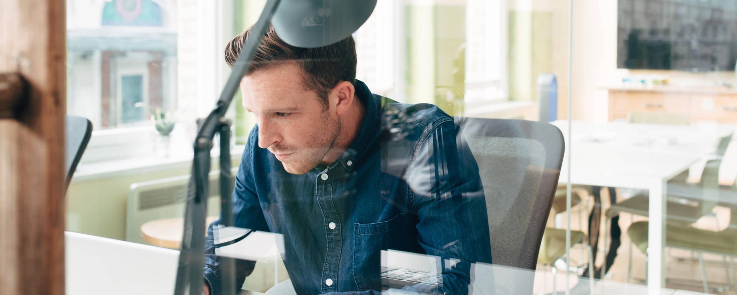 Ein Mann arbeitet an seinem Büro-Schreibtisch