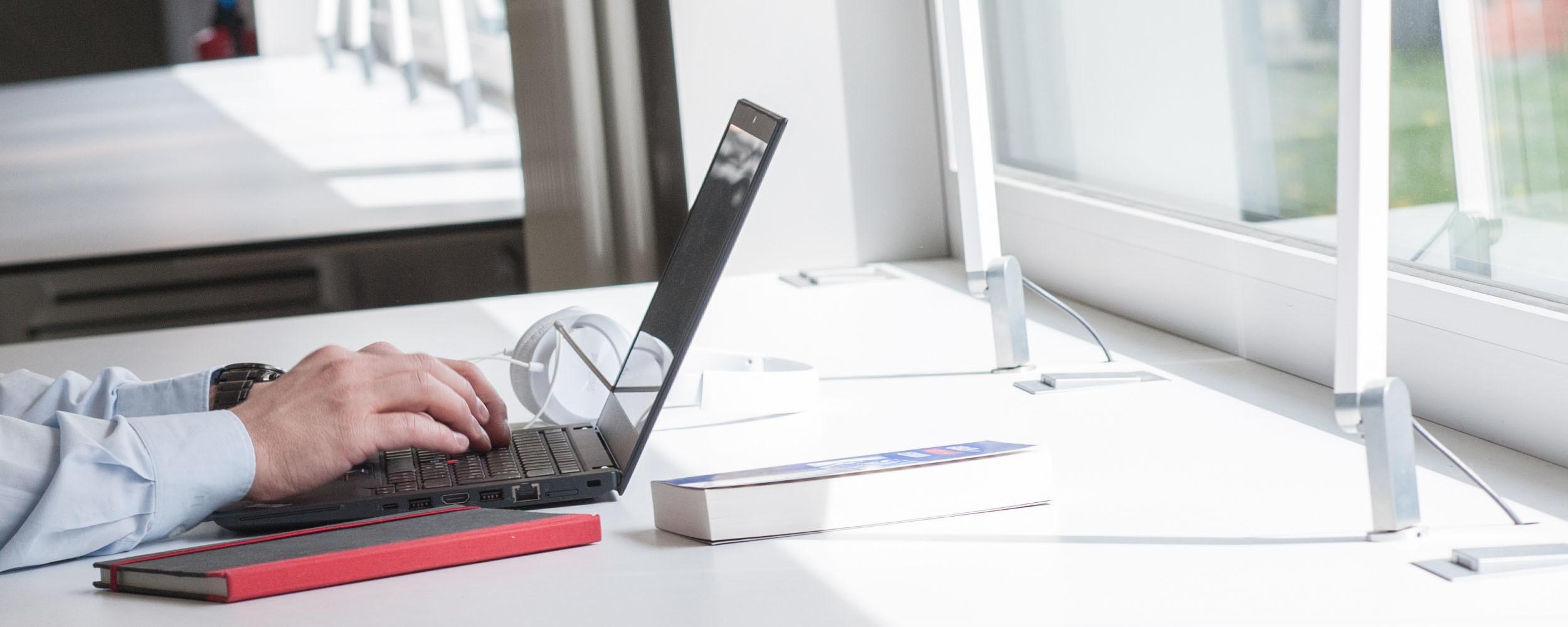 Recherche am Notebook an Schreibtisch